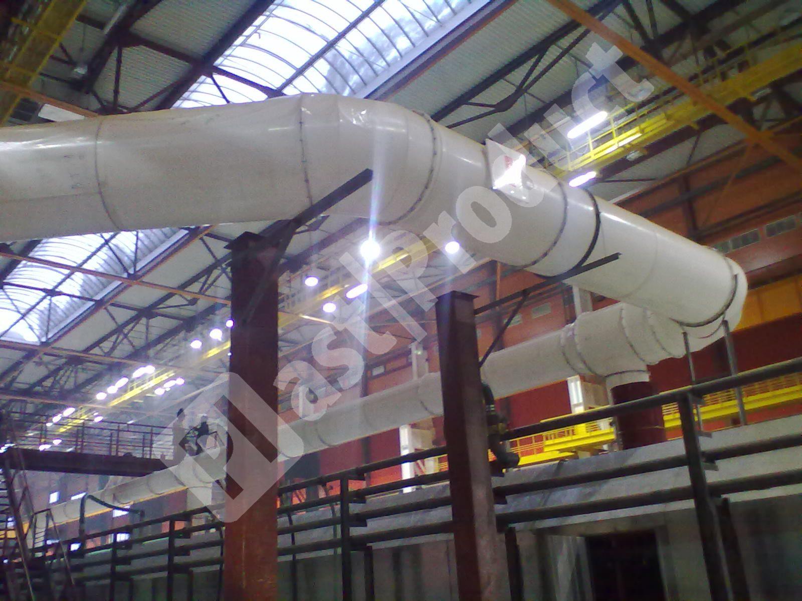 пластиковая круглая вентиляция из полипропилена в промышленном цеху